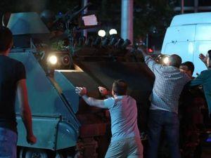 Vatandaşlar darbeye karşı sokakta