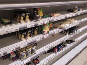 Marketlerde gıda ürünü bırakmadılar