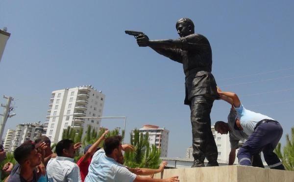 Şehit Astsubay Ömer Halisdemir'in heykeli dikildi galerisi resim 3