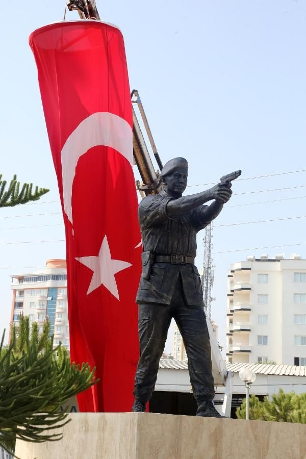 Şehit Astsubay Ömer Halisdemir'in heykeli dikildi galerisi resim 4