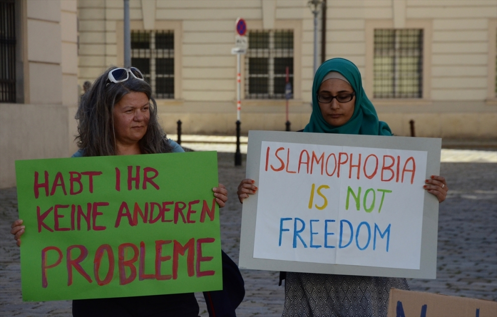 Avusturya'da aşırı sağcılardan çarşaflı protesto galerisi resim 3