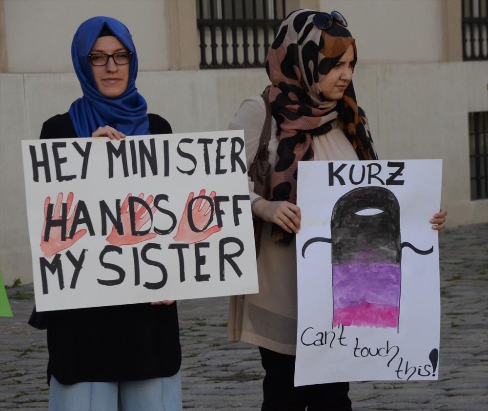 Avusturya'da aşırı sağcılardan çarşaflı protesto galerisi resim 4
