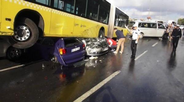 Acıbadem'de metrobüs yoldan çıktı: 11 yaralı galerisi resim 4