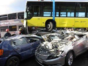 Acıbadem'de metrobüs yoldan çıktı: 11 yaralı