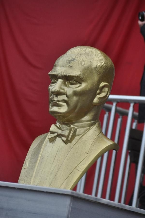 Atatürk büstlerine çirkin saldırı galerisi resim 3