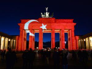 Brandenburg Kapısı kırmızı beyaza büründü