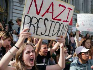 İngiltere'de on binler Trump'ı protesto etti