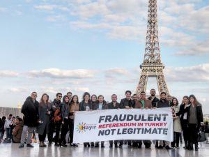 CHP'li gençlerden Paris'te referandum protestosu