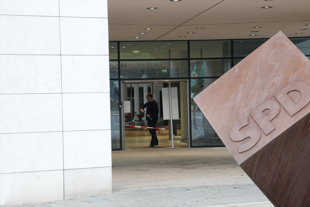 Araçla SPD Genel Merkezi'ne daldı galerisi resim 1