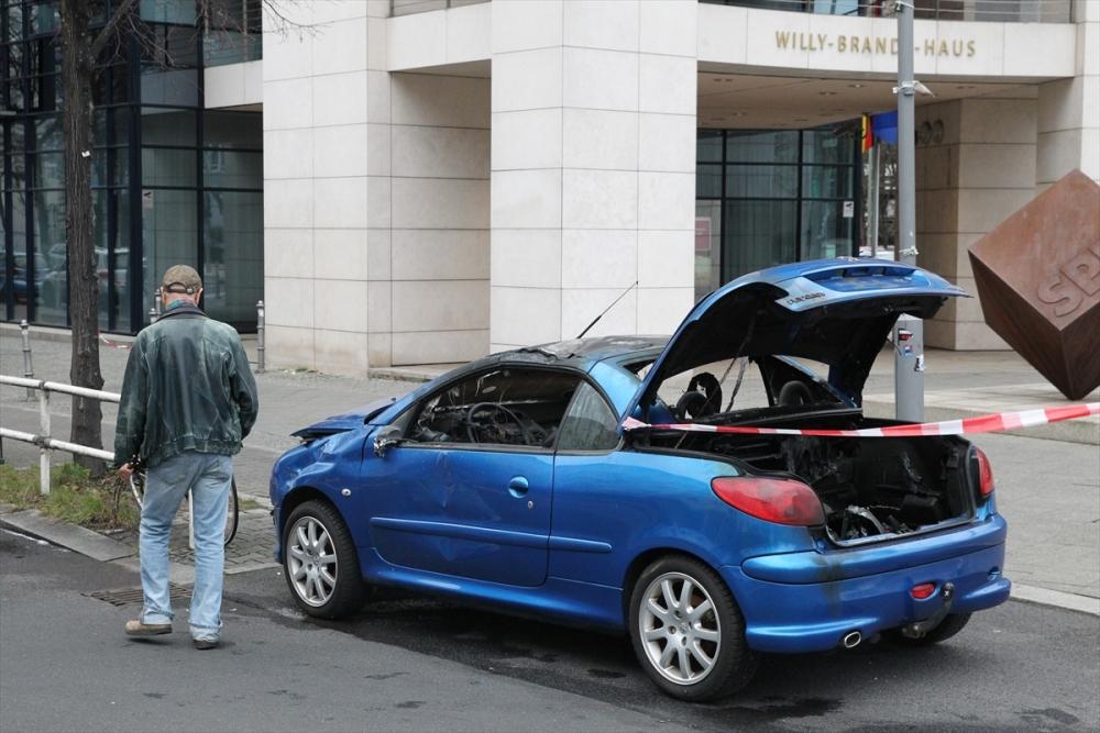 Araçla SPD Genel Merkezi'ne daldı galerisi resim 2