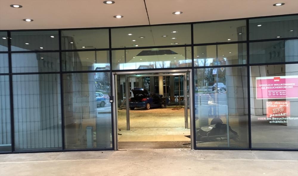 Araçla SPD Genel Merkezi'ne daldı galerisi resim 6