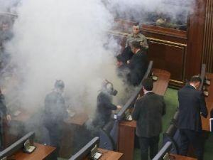 Muhalefet gaz bombası attı