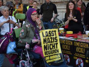 Yabancı düşmanı bakan protesto edildi