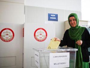 Gurbetçiler havalimanında oylarını kullanıyor