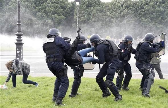 Paris'te eylemcilere sert müdahale galerisi resim 12