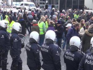 1 göstericiye 6 polis düştü