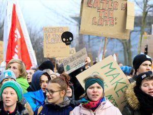 Almanya'da binlerce öğrenciden kömür protestosu