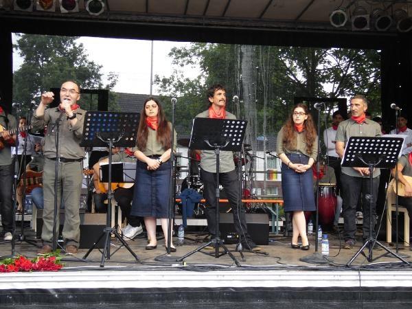 Grup Yorum'dan yağmur altında Almanya konseri galerisi resim 1