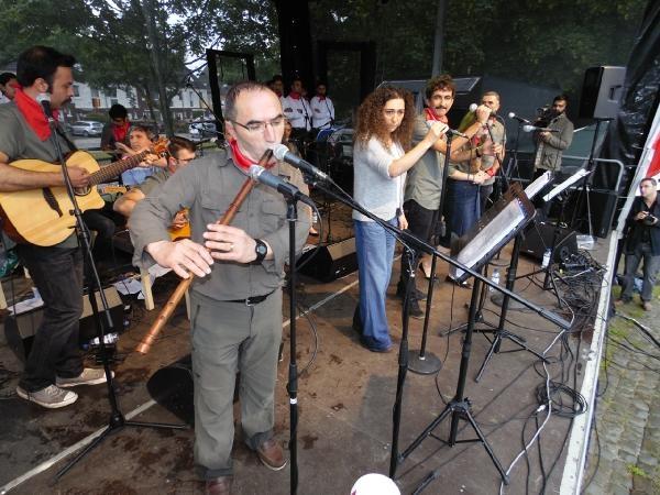 Grup Yorum'dan yağmur altında Almanya konseri galerisi resim 2
