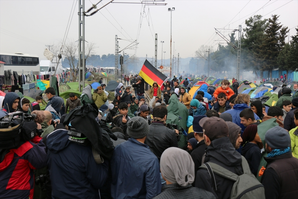Mültecilerden çağrı: Merkel bizi kurtar galerisi resim 1