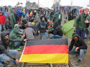 Mültecilerden çağrı: Merkel bizi kurtar
