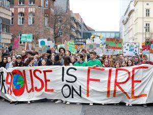 Almanya'da 25 bin öğrenci sokağa indi