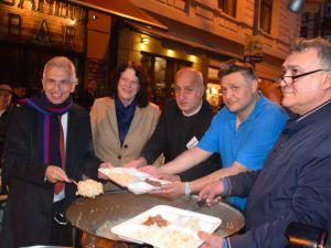 Frankfurt Türk esnafı sokakta iftar verdi