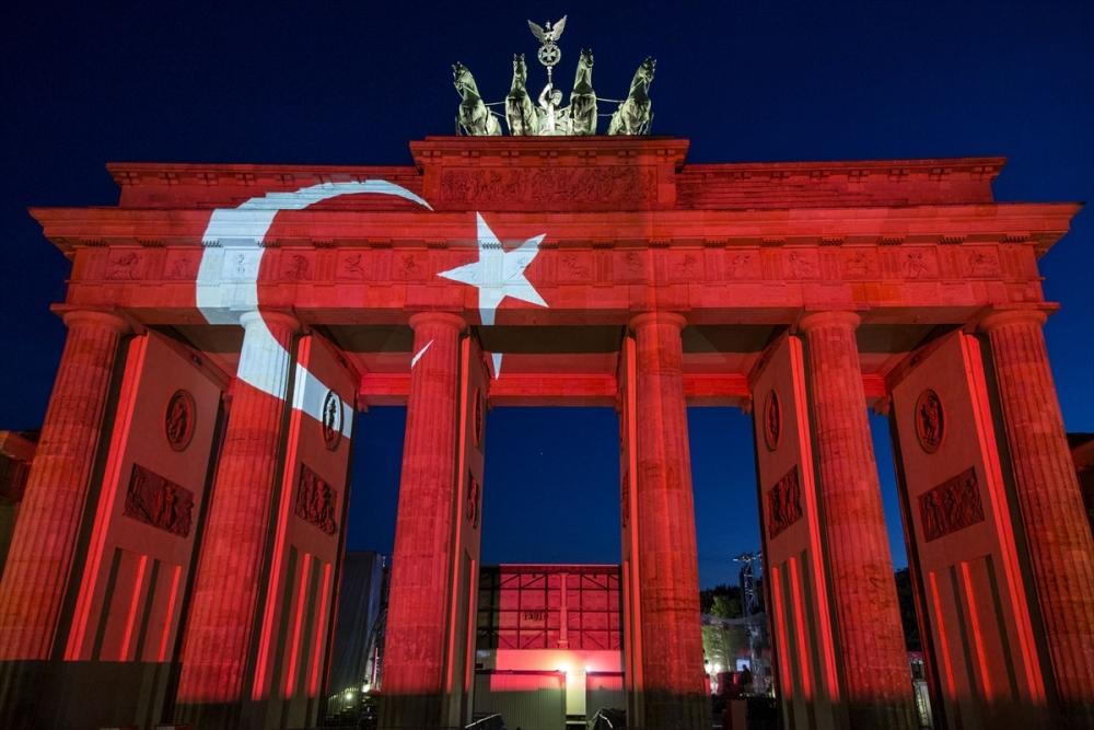 Berlin Türk bayrağı renklerine büründü galerisi resim 1