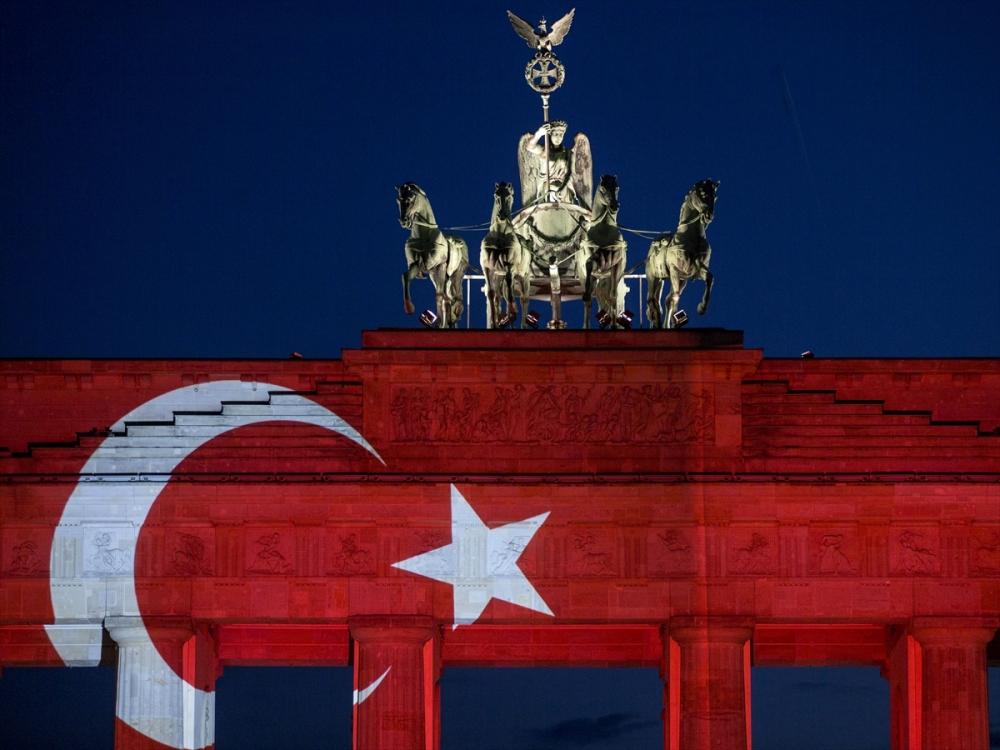 Berlin Türk bayrağı renklerine büründü galerisi resim 2