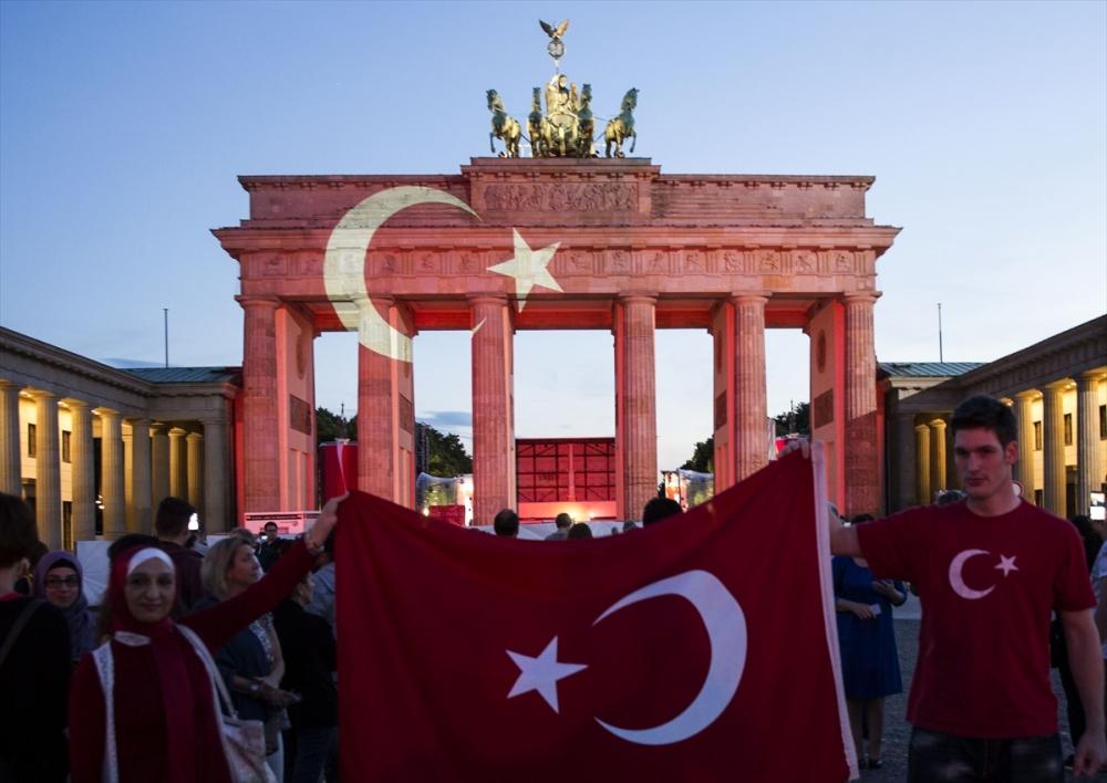 Berlin Türk bayrağı renklerine büründü galerisi resim 3