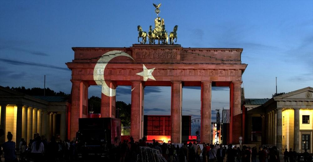 Berlin Türk bayrağı renklerine büründü galerisi resim 4