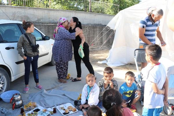 Gurbetçi aile, bayramı depremzedelerle geçirdi galerisi resim 1