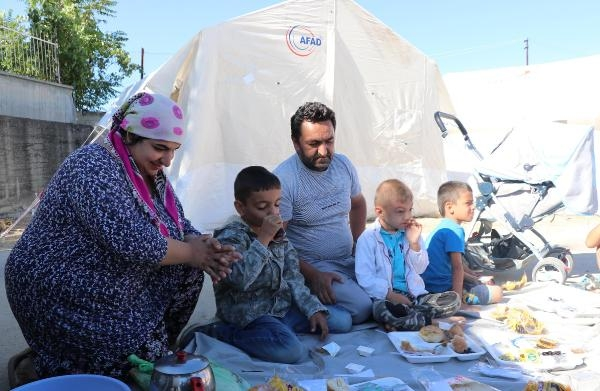 Gurbetçi aile, bayramı depremzedelerle geçirdi galerisi resim 3