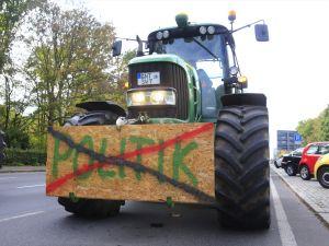 Alman çiftçiler hükümeti protesto etti
