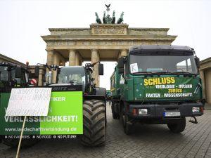 Almanya'da çiftçilerden hükümet protestosu