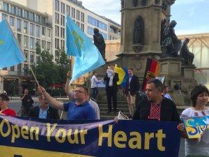 Kırımlılar Frankfurt'ta Rusya'yı protesto etti