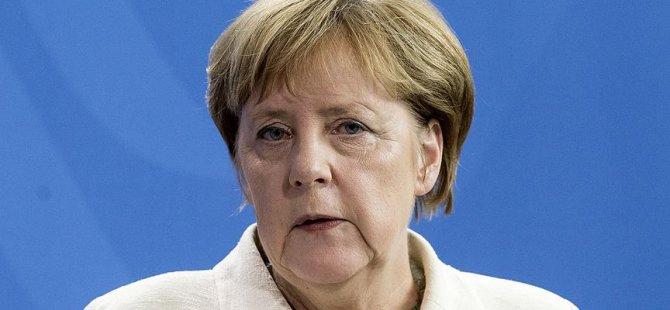Merkel'den Almanya'daki Türklere uyarı