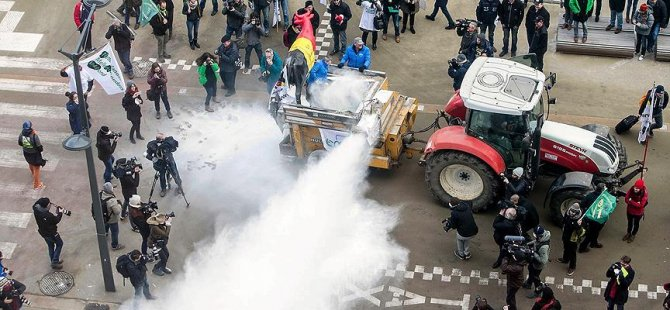 AB Konseyi'ne 'süt tozu' ile protesto