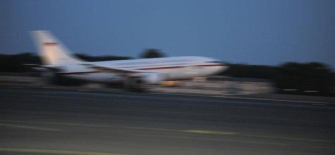 Havadaki uçağın kapısını açmaya çalıştı