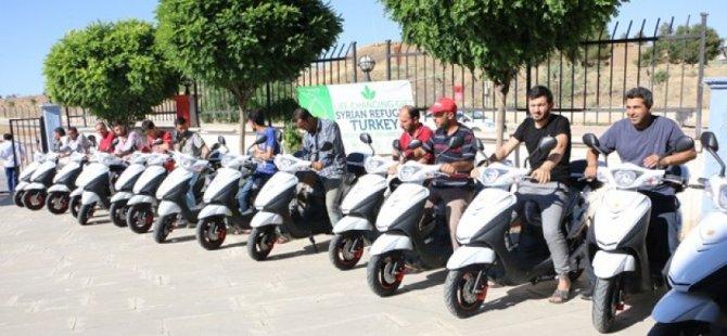 Suriyelilere elektrikli motorsiklet dağıtıldı