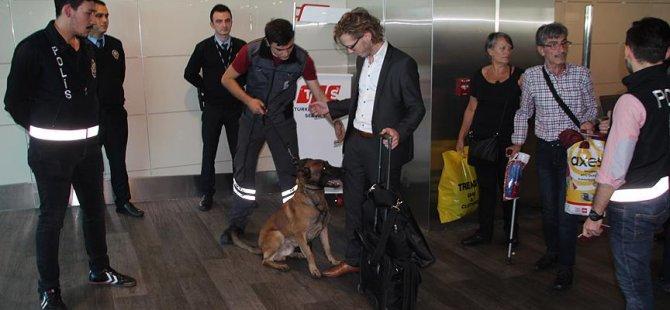 Avusturyalı yolculara köpekli güvenlik araması