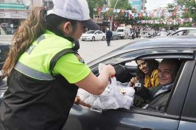 Trafik polisinden sürücülere lokum ikramı