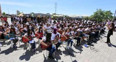 Bilim fuarında 150 liseliden gitar konseri