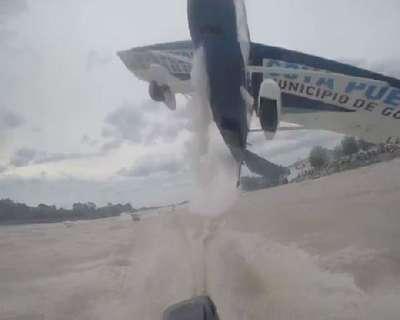 Uçağın balıkçı teknesini adeta sıyırarak geçtiği an…