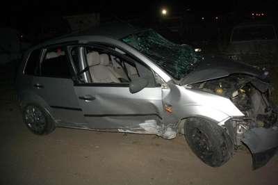 Yabancı tur otobüsü kavşakta otomobile çarptı: 3 yaralı