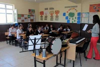 Silopi'de köy okulunda öğrencilerin müzik aletleri sevinci
