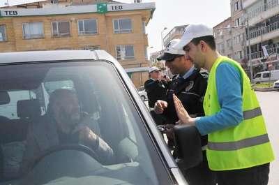Otistik çocuklar trafik polisi oldu, valinin makam aracını durdurdu