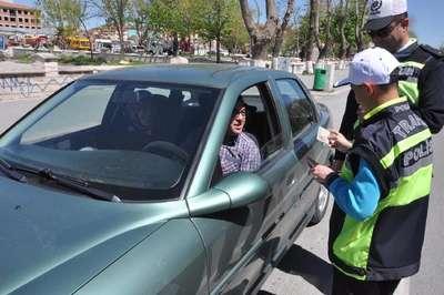 İşitme engelli öğrenciler trafik denetimi yaptı