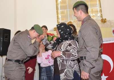 Asker ikizler anneleriyle buluşturuldu