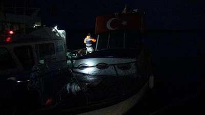 Fırtına nedeniyle açığa sürüklenen teknedeki 7 kişi römorkör yardımıyla kurtarıldı